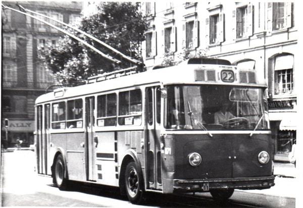Trolleybus Berna 200CV en route vers Genève-Plage en juillet 1972. Cours de Rive. Collection Diwabus949