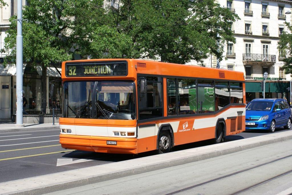 Minibus Neoplan 924 appartenant à Genève Tours (ex BGU) sur la ligne 32 en juin 2006 _ Photographie André Knoerr